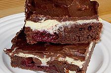 Schokoladenkuchen mit Kirschen und Pudding