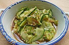 Frischer gesäuerter Sesamöl - Gurkensalat