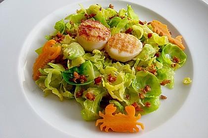 Jakobsmuschelnüsschen und Speckwürfel auf warmem Salat von Rosenkohlblättern 0