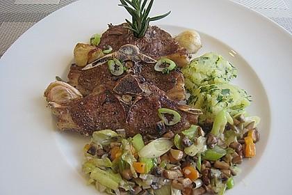 Lammkoteletts mit Champignon - Lauch - Gemüse und Petersilienkartoffeln