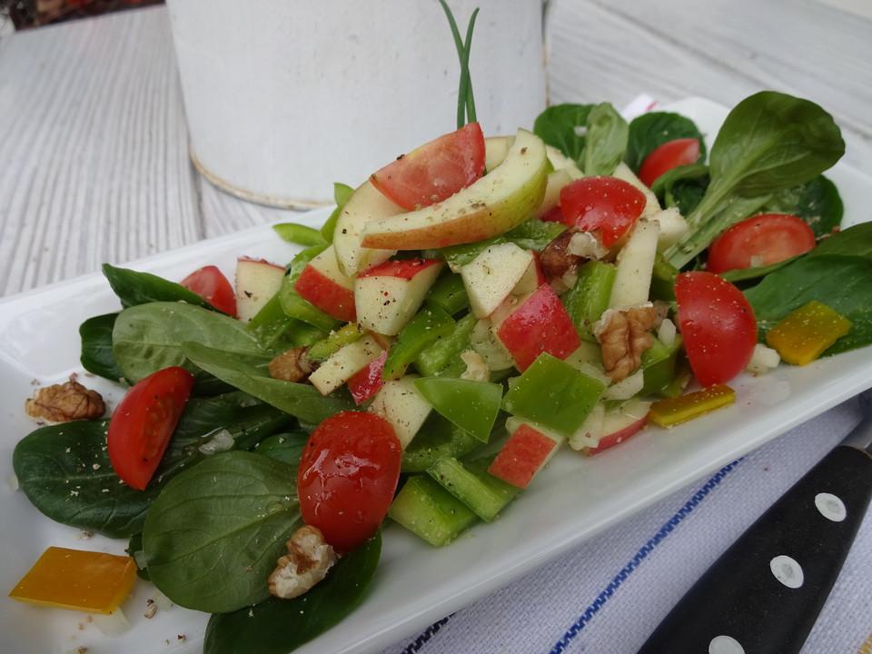 Salat mit apfel und brokkoli
