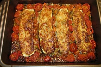 Überbackene Zucchini im Tomatenbett