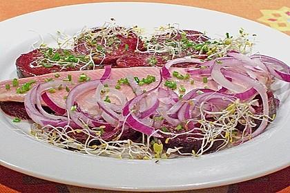 Rote Bete-Salat mit geräucherten Forellenfilets und Meerrettichdressing 0
