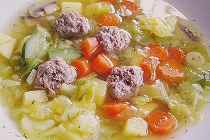 Kohlsuppe mit Kartoffeln und Fleischbällchen