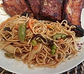 Gebratene Nudeln mit Gemüse, asiatisch
