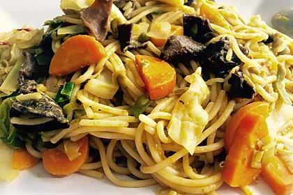Gebratene Nudeln mit Gemüse, asiatisch 2