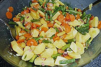 Kartoffelsalat mit Bohnen und Möhren