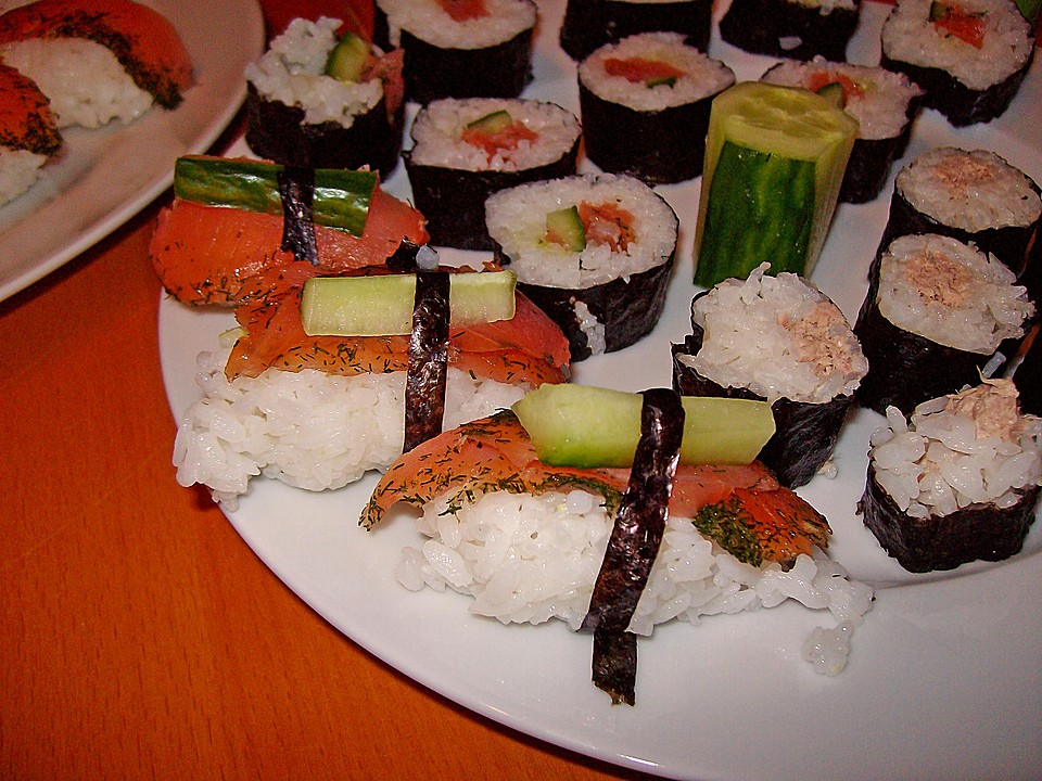nigiri sushi mit ger uchertem lachs rezept mit bild. Black Bedroom Furniture Sets. Home Design Ideas
