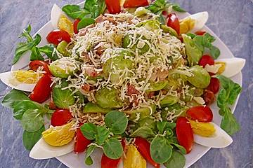 Rosenkohlsalat mit Eier und Speck
