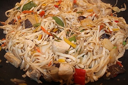 Gebratene Nudeln mit Huhn und Gemüse 3