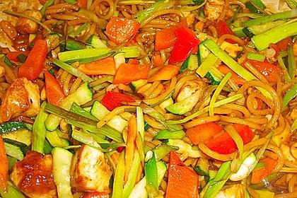 Gebratene Nudeln mit Huhn und Gemüse 0