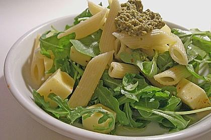 Nudelsalat mit Rucola, Knoblauch, Pesto und Käse 1