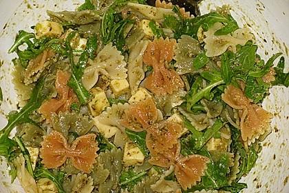 Nudelsalat mit Rucola, Knoblauch, Pesto und Käse 4