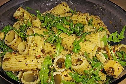 Nudelsalat mit Rucola, Knoblauch, Pesto und Käse