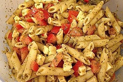 Nudelsalat mit Rucola, Knoblauch, Pesto und Käse 3