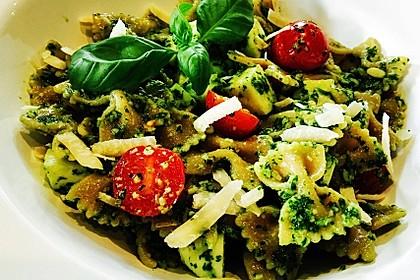 Nudelsalat mit Rucola, Knoblauch, Pesto und Käse 6