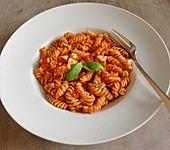 Nudeln mit Tomate - Mozzarella Soße (Bild)