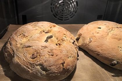 Brot mit Oliven und getrockneten Tomaten 17