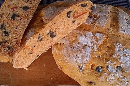 Brot mit Oliven und getrockneten Tomaten 14