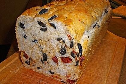 Brot mit Oliven und getrockneten Tomaten 15