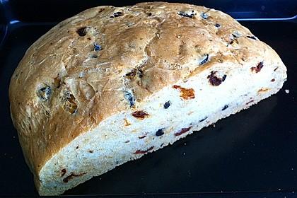 Brot mit Oliven und getrockneten Tomaten 22