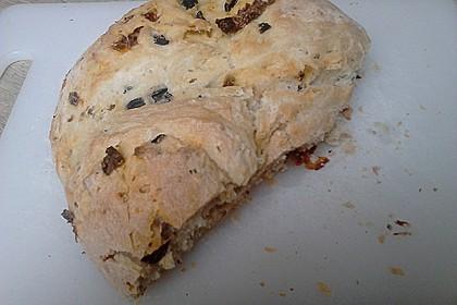 Brot mit Oliven und getrockneten Tomaten 20