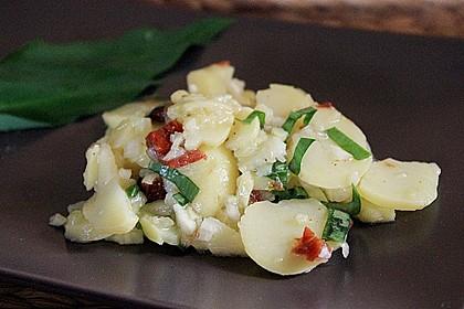 Kartoffelsalat mit Bärlauch und getrockneten Tomaten