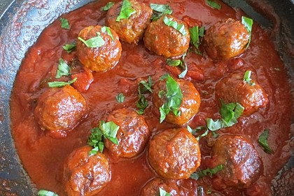 Überbackene Hackbällchen im Tomaten - Basilikum - Sauce