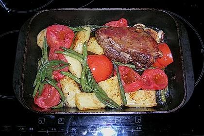 Lammkeule mit Kartoffeln, Tomaten und grünen Bohnen