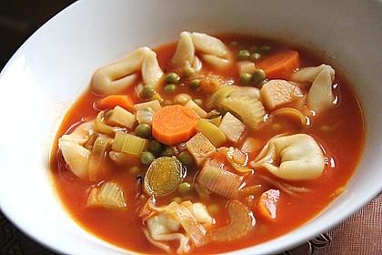 Leckere Gemüse - Tomaten - Suppe mit Tortellini