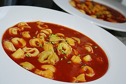 Tomatensuppe mit Tortelloni