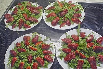 Erdbeeren mit Rucola und Parmesan