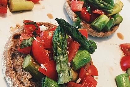 Bruschetta mit grünem Spargel und Tomaten 10