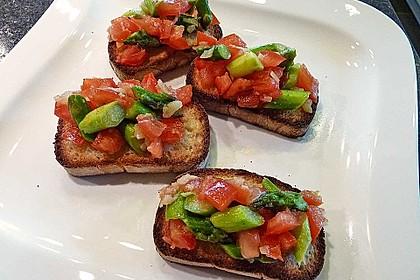Bruschetta mit grünem Spargel und Tomaten 0