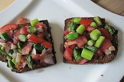 Bruschetta mit grünem Spargel und Tomaten 13