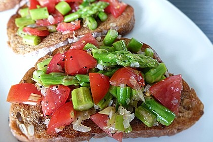 Bruschetta mit grünem Spargel und Tomaten 8