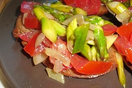 Bruschetta mit grünem Spargel und Tomaten 4