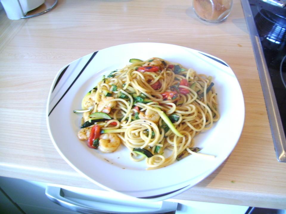 spaghetti mit garnelen zucchini und minze von lumacone. Black Bedroom Furniture Sets. Home Design Ideas
