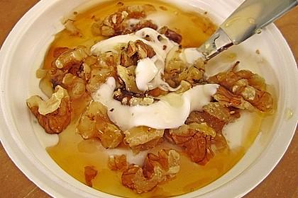 Giechischer Joghurt mit Nüssen und Honig 2