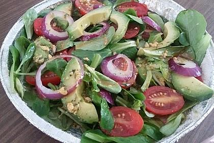 Blattsalat mit Avocado und Tomaten (Bild)