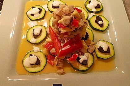 Matjeshäckerle auf Zucchinischuppen mit Lemonschaum und Pumpernickelcroutons