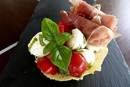 Parmesankörbchen, gefüllt mit Tomaten - Mozzarella - Salat 2