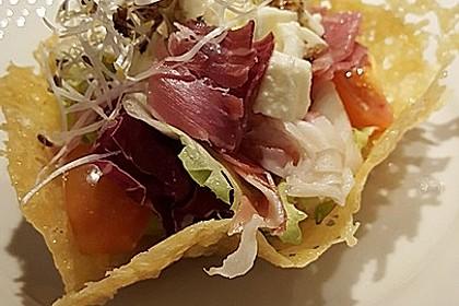 Parmesankörbchen, gefüllt mit Tomaten - Mozzarella - Salat 1