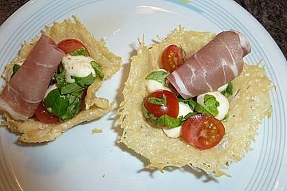 Parmesankörbchen, gefüllt mit Tomaten - Mozzarella - Salat