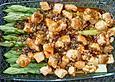 Grüner Spargel mit süßer Chilisauce und Lachswürfeln