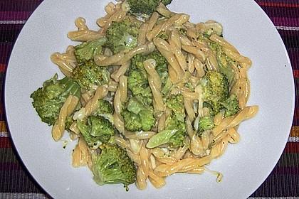 Nudeln mit Brokkoli - Sahne - Käse - Soße