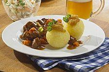 'Schweinshaxn' in Weißbiersoße und Kartoffelklöße