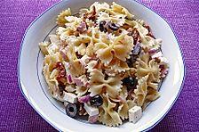 Nudelsalat mit Feta, Oliven und getrockneten Tomaten