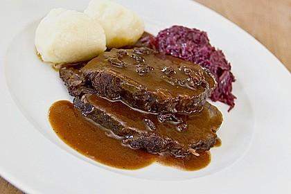 Sauerbraten mit Rotkohl und Kartoffelklößen