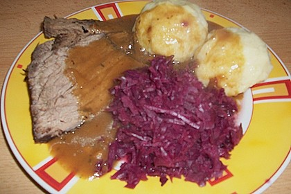Sauerbraten mit Rotkohl und Kartoffelklößen 9